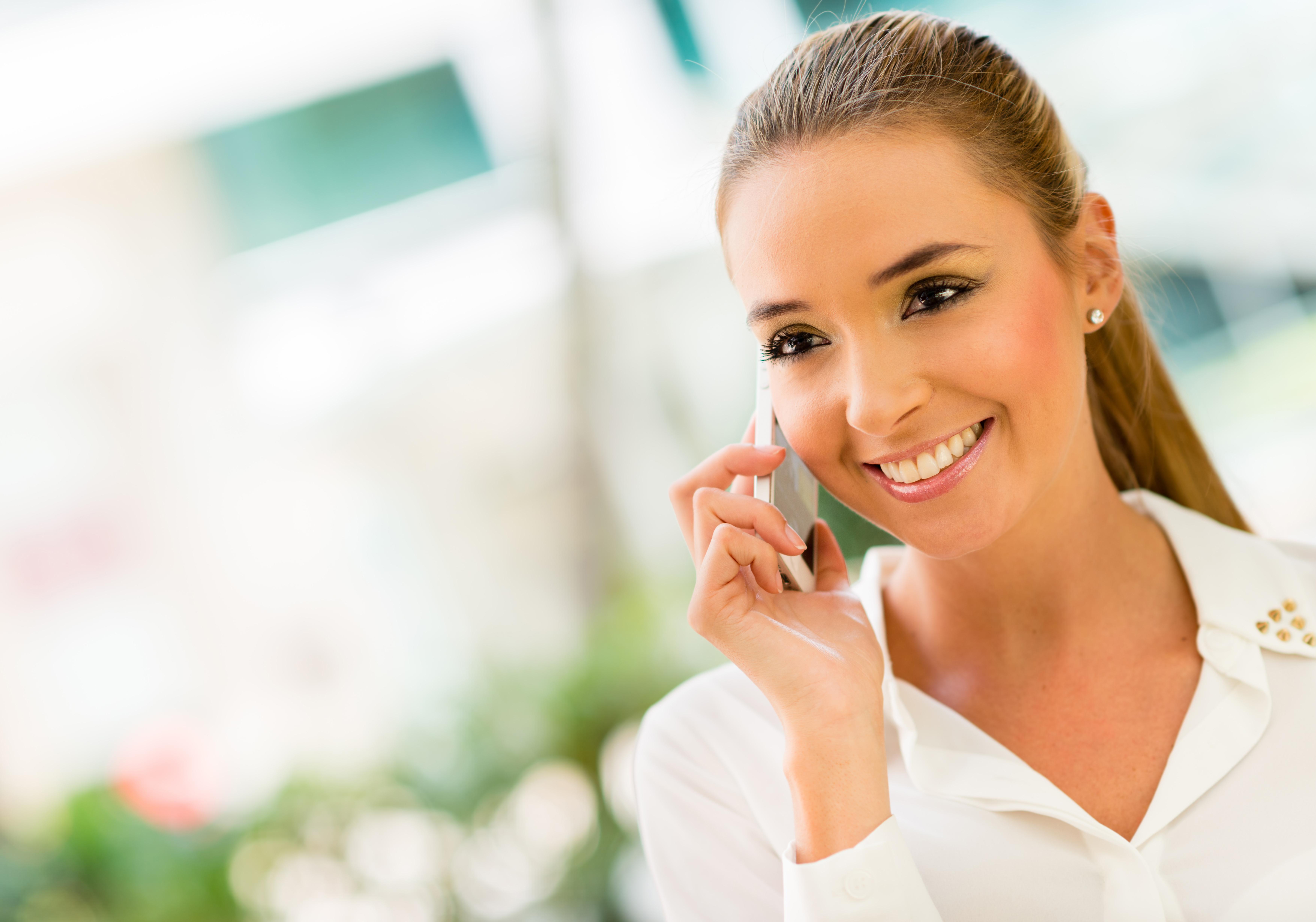 Jeune femme au telephone pour vous contacter